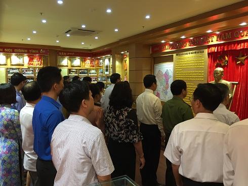 Các đại biểu tham quan Phòng Truyền thống Tỉnh ủy.